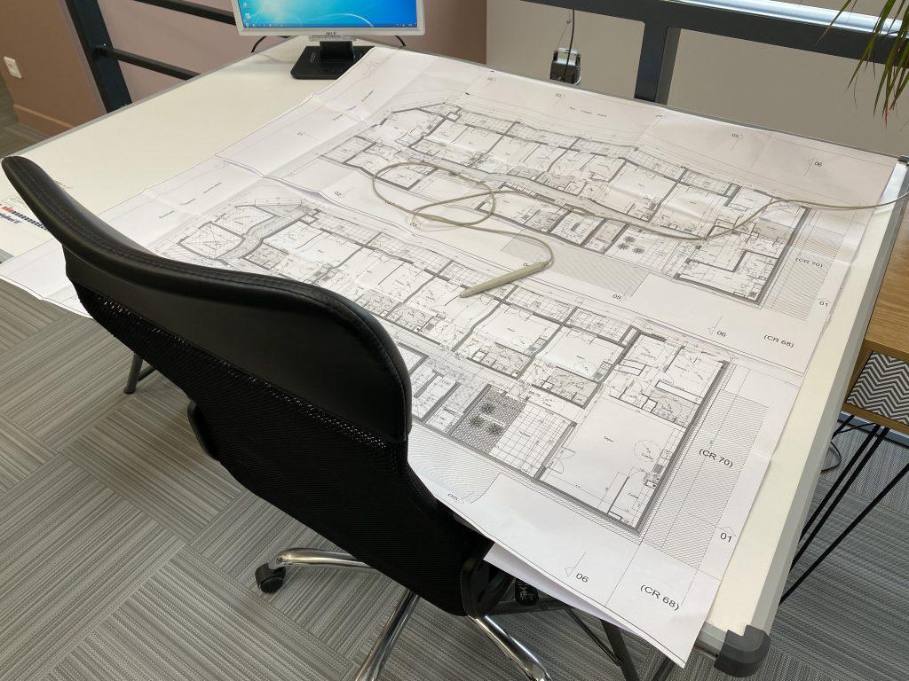 Plan de construction étendu sur une table